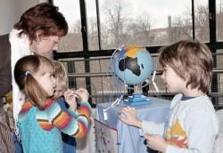 Frau Anders-Neufang besichtigt die Ausstellung der Kinder zum Humboldttag